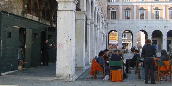 Venise - restaurant la Naranzaria près du canal et du Rialto