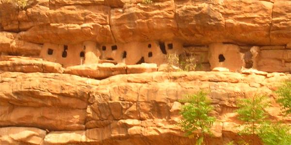 Mali - le pays Dogon et l'habitat Telem dans les falaises