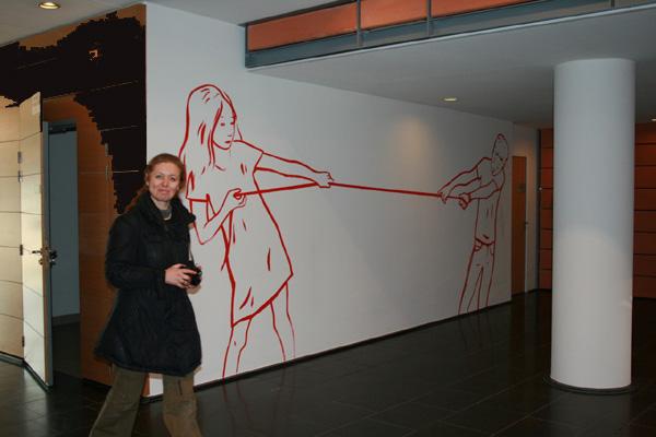 Françoise Petrovitch en cours de réalisation d'une séance de walldrawing