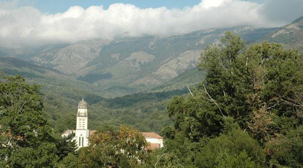 Bastelica - Core du Sud - Hotel Artemisia - vue du clocher et de la montagne