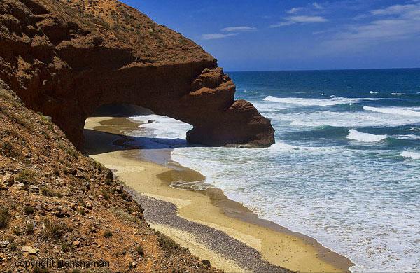 Maroc - Les plages de Legzira, entre Midelt et Sidi-Ifni (photo  jitenshaman)