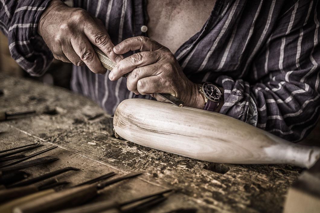 Pierre Margara sculptant l'ébauche de la bouteille - Eau de source du Domaine de la Sasse - Dominique Meridol