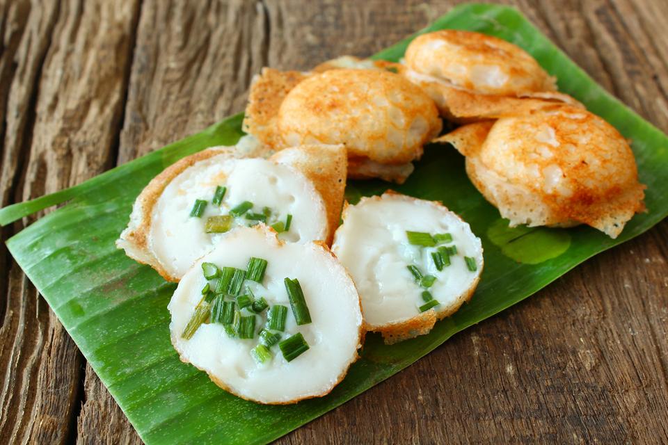 Gourmandises Thailande - les plats emblématiques : le KanomKrok ou beignets sucrés/salés