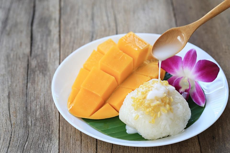 Gourmandises Thailande - les plats emblématiques : le KhaoNiao Ma Mouang ou riz gluant au lait de coco