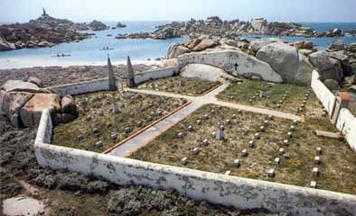 Croisieres de Jean - Croisière en Corse du Sud : cimetière des Lavezzi